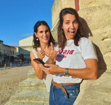 2 femmes heureuse téléphone Quaestyo 470x353