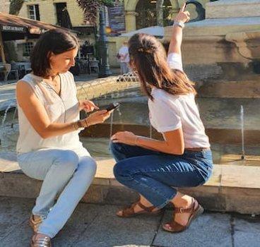 2 femmes téléphone fontaine Quaestyo 470x353